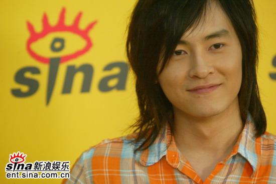 图文:台湾偶像郑元畅做客新浪--羞涩笑容