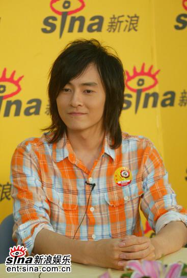 图文:台湾偶像郑元畅做客新浪--格子衬衫
