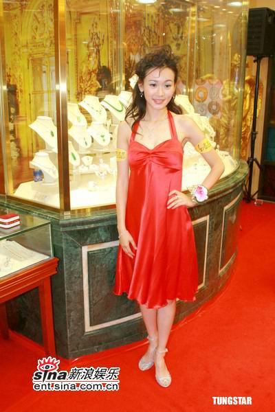 组图:6月15日时尚关键词--大红绸缎小礼服