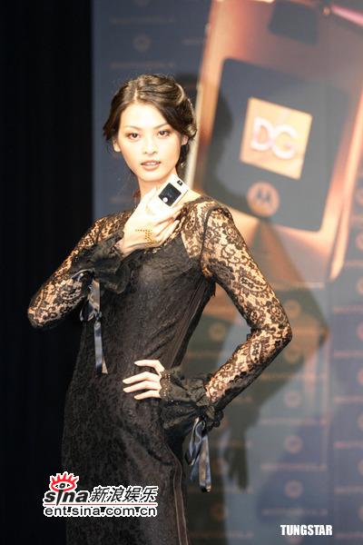 组图:6月30日时尚关键词--黑色镂空蕾丝长裙