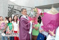 组图:刘德华获颁授荣誉院士上台领奖脸红不已