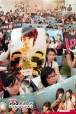 组图:金正勋抵台会影迷上千名粉丝签名争夺战