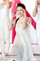 组图:许玮伦低胸露肩秀性感展示雪白弹力肌肤