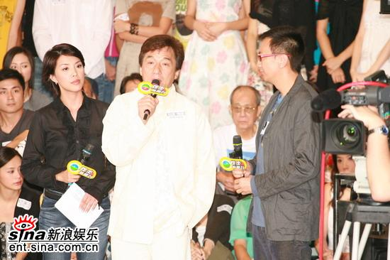 图文:香港举行声讨会抵制偷拍成龙接受采访