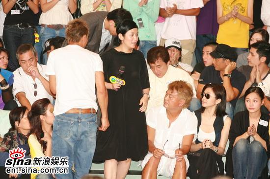 图文:香港举行声讨会抵制偷拍吴君如黑衣亮相