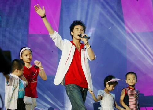 """图文:""""好男儿""""上海演唱会--马天宇青涩依然"""