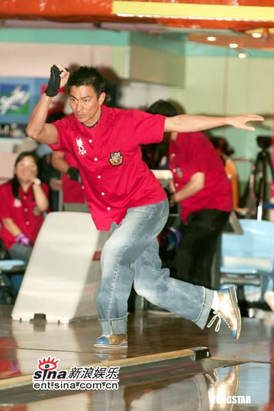 图文:明星慈善保龄球赛--刘德华球技不俗