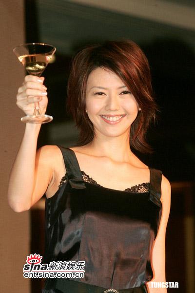 图文:孙燕姿正式加盟百代--孙燕姿高举香槟
