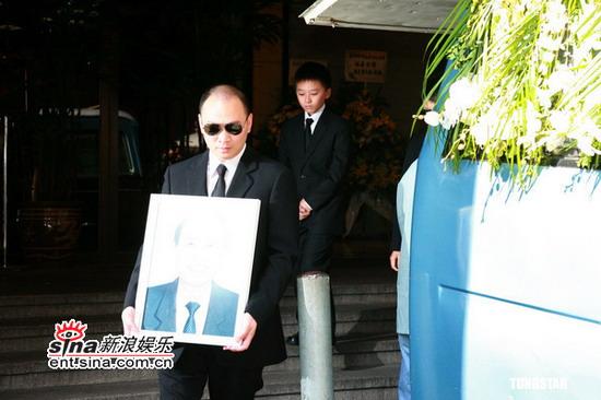 图文:刘嘉玲父亲刘桂明出殡--家人手捧遗像
