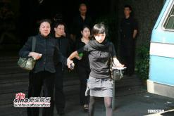 组图:刘嘉玲父亲出殡梁朝伟陪伴女友不离左右