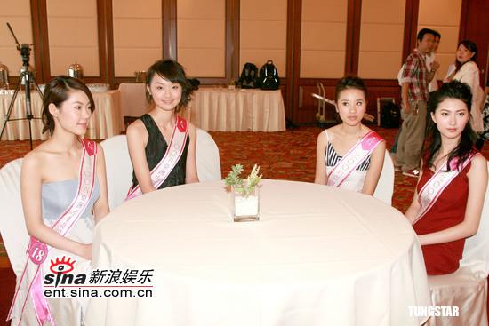 """图文:""""亚洲小姐""""会见时尚顾问--佳丽聚餐"""