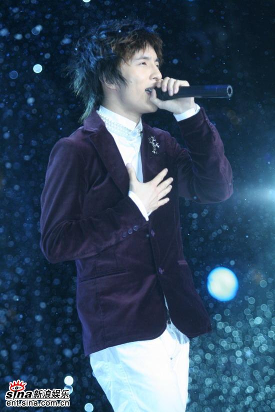 图文:东方卫视三周年庆典--人气歌手薛之谦