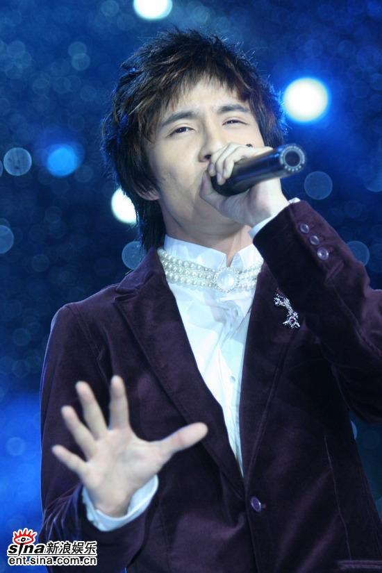 图文:东方卫视三周年庆典--薛之谦唱动人情歌