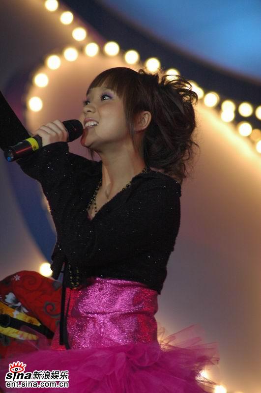 图文:超女巡演上海站开唱--阳蕾甜美演唱