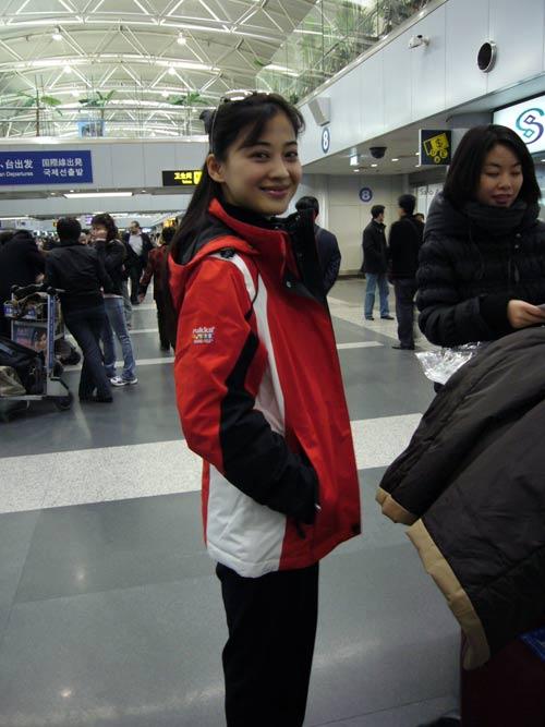 图文:梅婷前往芬兰-梅婷在机场换上统一队服