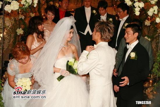 图文:李克勤迎娶新娘卢淑仪--李克勤整理领结