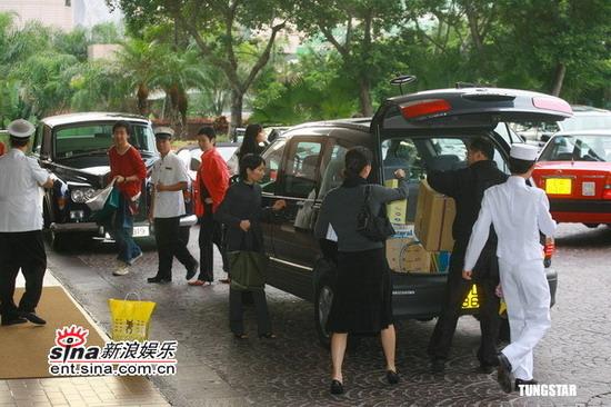 图文:李克勤迎娶新娘卢淑仪--工人搬运物品