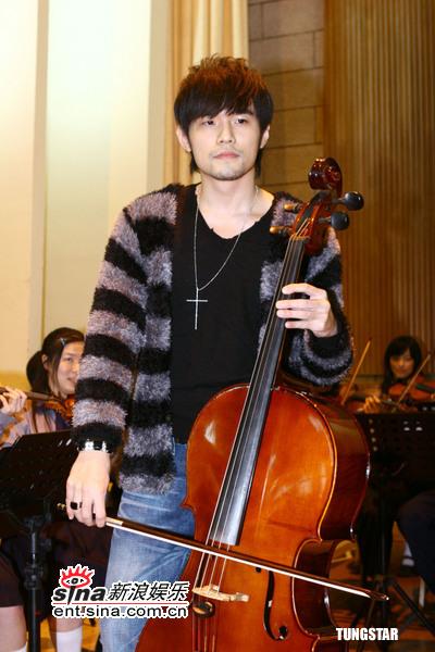 图文:周杰伦回母校--周杰伦秀大提琴