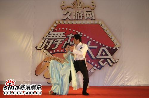 图文:《舞林大会》推广会--关礼杰与美女共舞