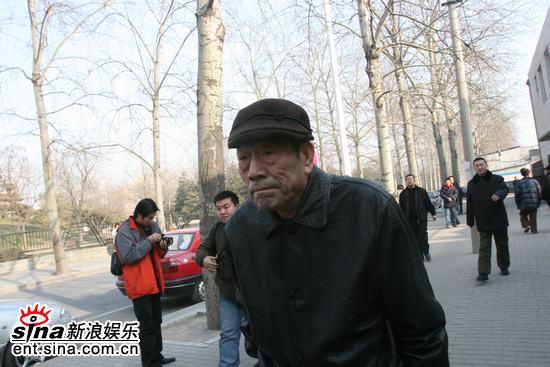 图文:马季病逝亲朋医院相送--杨少华神情凝重