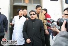 组图:马季病逝姜昆等昔日好友到医院相送