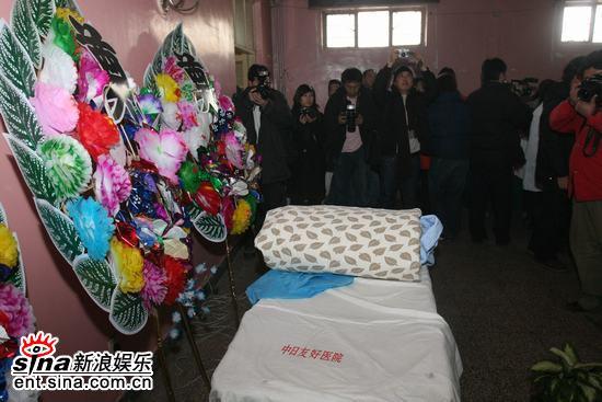 图文:姜昆等好友医院送马季--医院设立灵堂