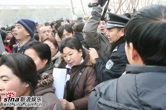 图文:马季追悼会人群拥挤--前来吊唁的大批人群