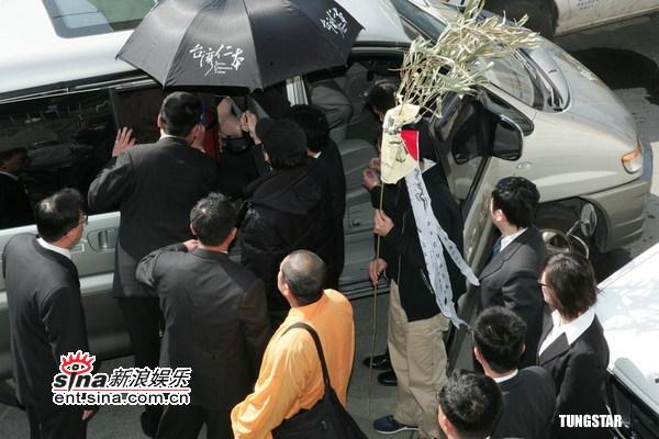 图文:许玮伦车祸去世--众多艺人凭吊