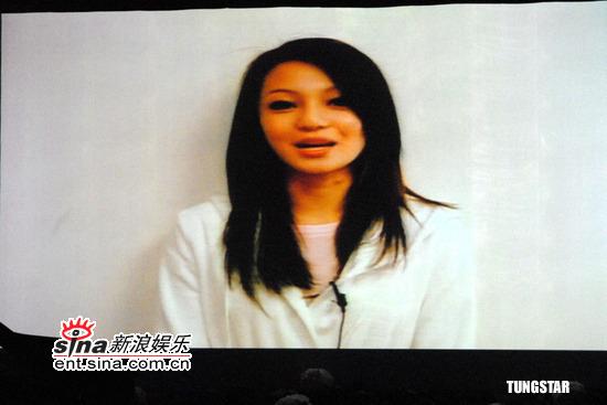图文:纪念许玮伦音乐会--张韶涵在VCR中