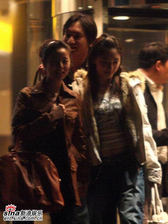 和应采儿。林心如北京鲜花挽着发髻,穿着一件时尚的绛色休闲半大衣,而应采儿北京鲜花显得很朴素,没有化妆,她披着长发,穿着一件普通的白色翻毛棉服,两个人一直亲热地低头交谈,分别时还来了个热情的拥抱,与林心如北京鲜花同行的一位男士大声地对应采儿说祝你们两个人美梦成真,应采儿则满面笑容,点头表示感谢,随后应采儿一个人坐上了离黄晓明北京鲜花汽车不远处的那两辆别克商务车中的一辆,汽车朝国贸方向驶去。黄晓明应林心如都是华谊兄弟公司名下的艺人,黄晓明带着母亲和老板与绯闻女友应采儿见面聚会,这是否证明两人的恋情关系正在明