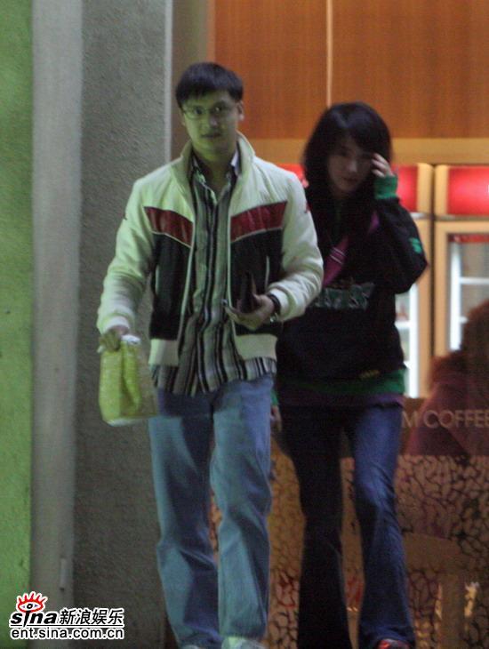 图文:田亮约会秘密情人-两人离开冰淇淋店