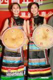 组图:古巨基着帅气藏服Twins傣族服装显窈窕