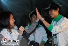 张韶涵拥抱好男儿分赛区总决选即将开战(组图)