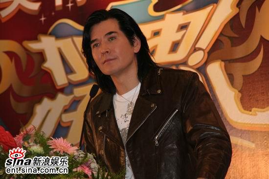 图文:费翔现身好男课堂--一身黑色皮衣