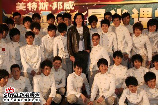 图文:费翔现身好男课堂--与好男们合影