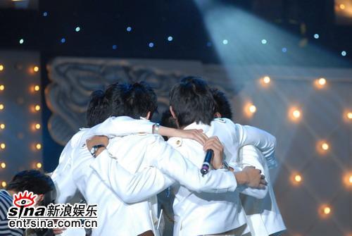 图文:好男广州5强产生--广州5强相拥而泣