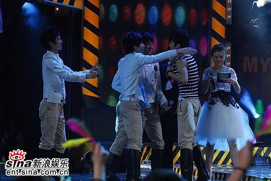 图文:武汉vs沈阳赛区对决--大家拥抱刘学涛