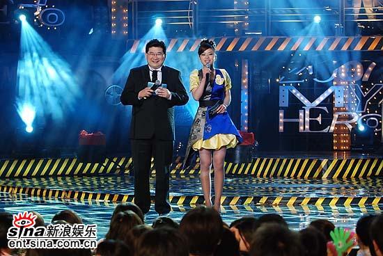 图文:好男儿北京广州对抗赛主持人盛装登场