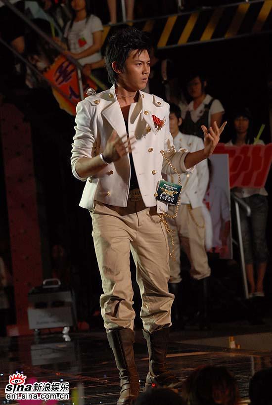图文:好男儿北京广州对抗赛李浩轩热情劲舞