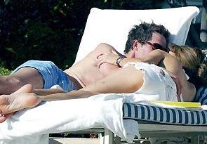 组图:休-格兰特与情人游泳池边忘情拥吻