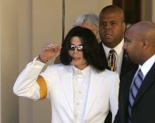 组图:迈克尔-杰克逊到达法院在入口处接受安检