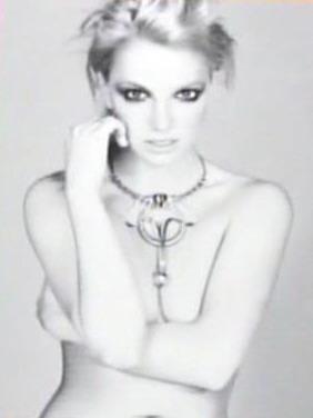 组图:布兰妮全裸登上杂志封面颈上仅戴根项链
