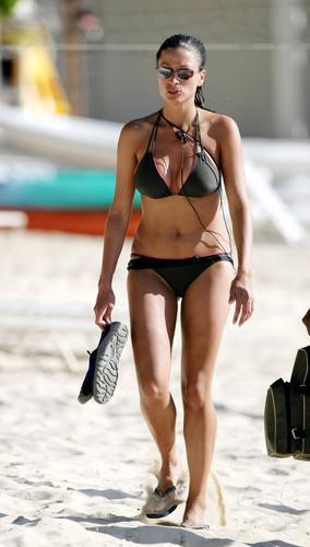 组图:丽贝卡泳装海滩亮相猛男相伴摆媚姿