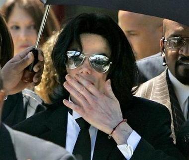 图文:杰克逊娈童案获胜走出法庭向歌迷飞吻