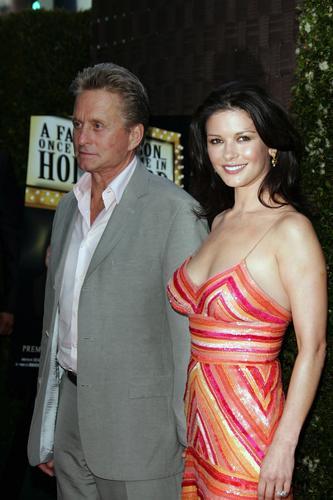组图:泽塔琼斯与老公亲密亮相低胸衣性感迷人