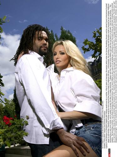 组图:法国名模与丈夫拍写真上身全裸激情大胆