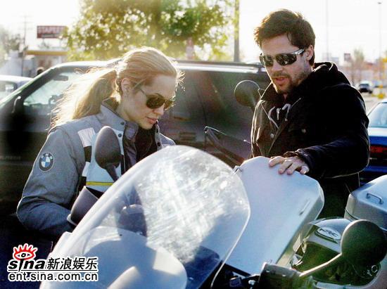 安吉丽娜与皮特出双入对骑摩托外出购物(组图)