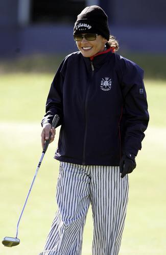 组图:泽塔琼斯与老公练高尔夫相拥幸福甜蜜