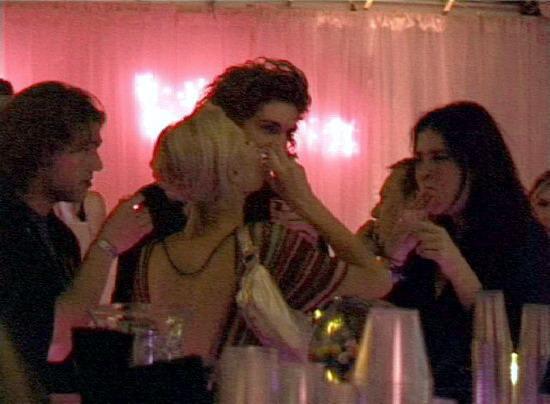 组图:希尔顿与新男友聚会派对大肆拥吻被偷拍