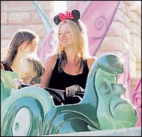 超模凯特-莫斯变成米老鼠带女儿游迪斯尼(图)